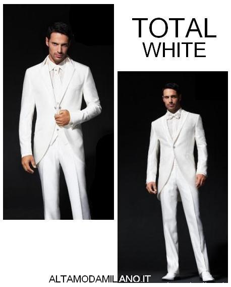 61d8f7ba1518 L abito bianco non è un privilegio della sposa  se la cerimonia è in estate  l abito da sposo bianco in seta o lino è perfetto anche per lui